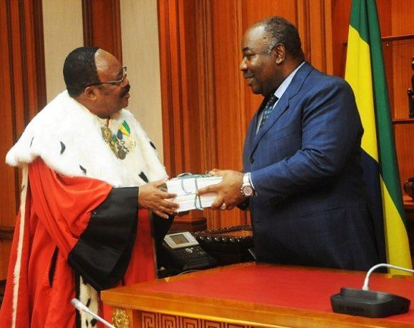 Le président Ali Bongo Ondimba reçoit le rapport de la Cour des comptes