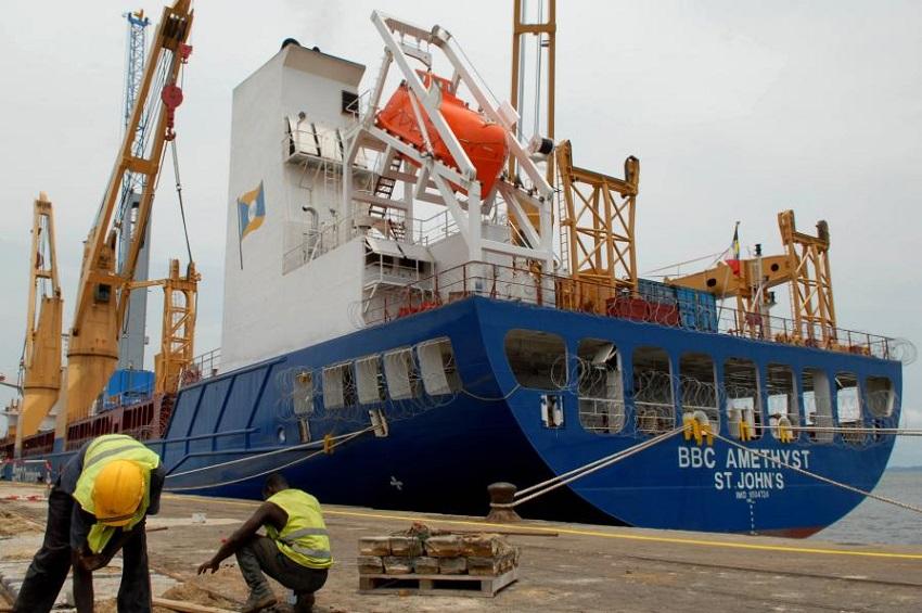 Un des navire au port d'Owendo