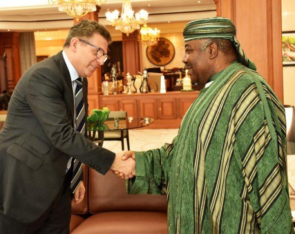 poignée de main du président Ali BONGO