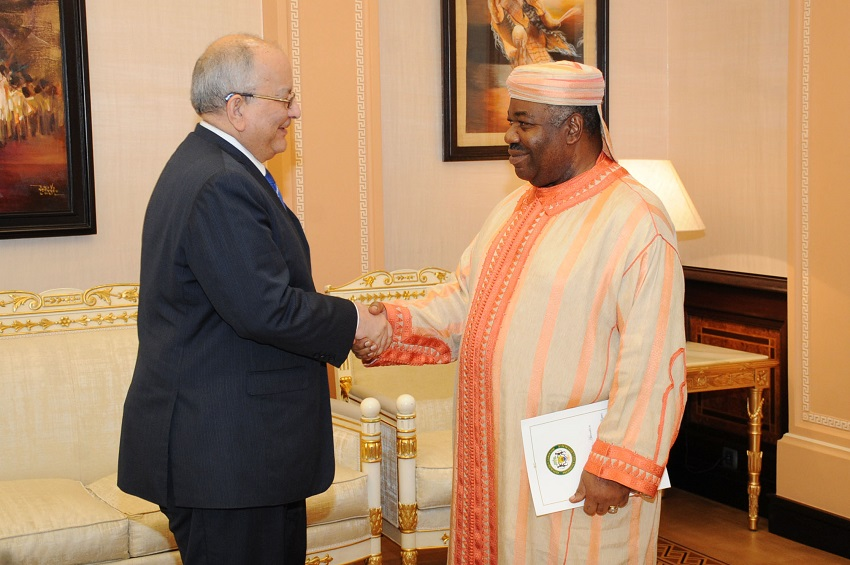 Poignée de mains entre le Président Ali Bongo Ondimba et Mr Ahmad Allam-Mi