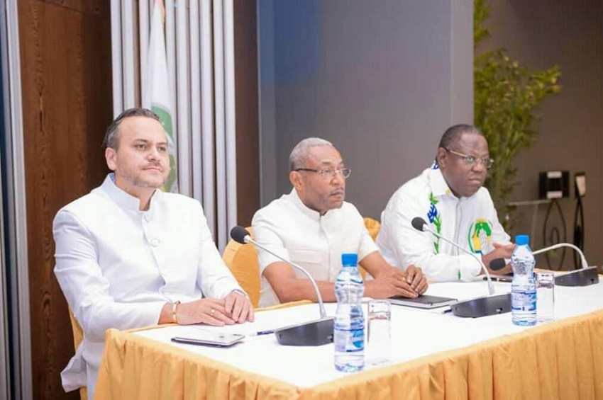 Eric Dodo Boungoundza (milieu) entouré de Brice Laccruche Alihanga et Emmanuel Issoze Ngondet