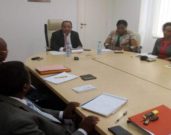 Guy-Bertrand Mapangou et la délégation de la Poste SA