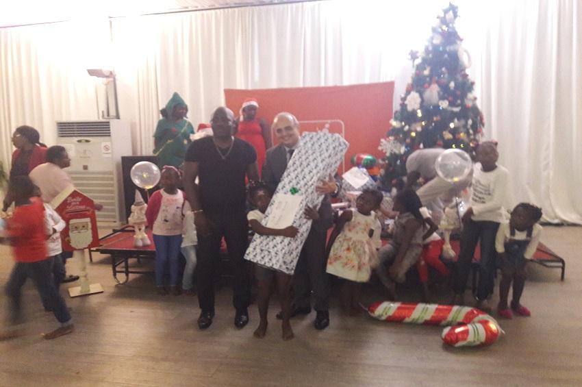 Le DG de Gabon Telecom remet les cadeaux aux enfants