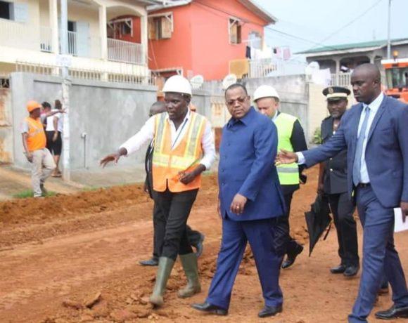 Julien Nkoghe Bekale sur les chantiers de Libreville