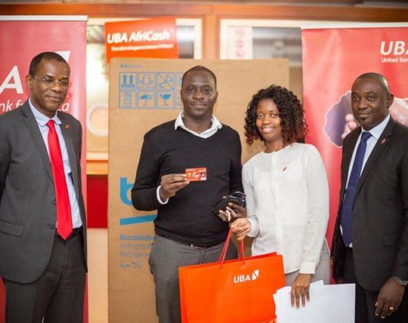 Les dirigeants de UBA Gabon avec un des gagnants