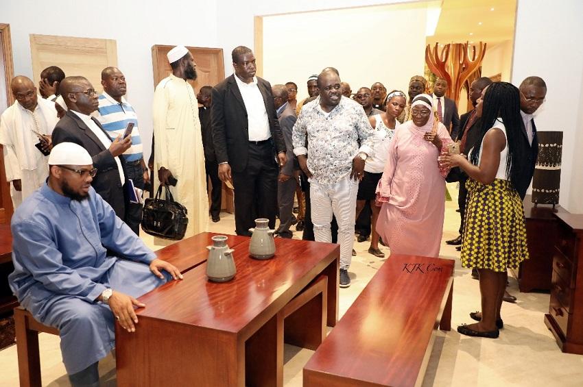 Les religieux dans la salle d'expositions de la ZES de Nkok
