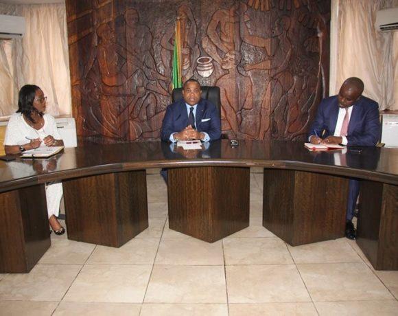 Julien Nkoghe Bekale en réunion avec le ministre de TP