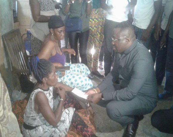 Seraphin Ondoumba remet le don au nom de Brice Laccruche Alihanga