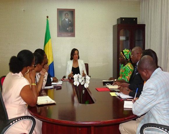 Le ministre Madeleine Berre en séance de travail avec ses collaborateurs