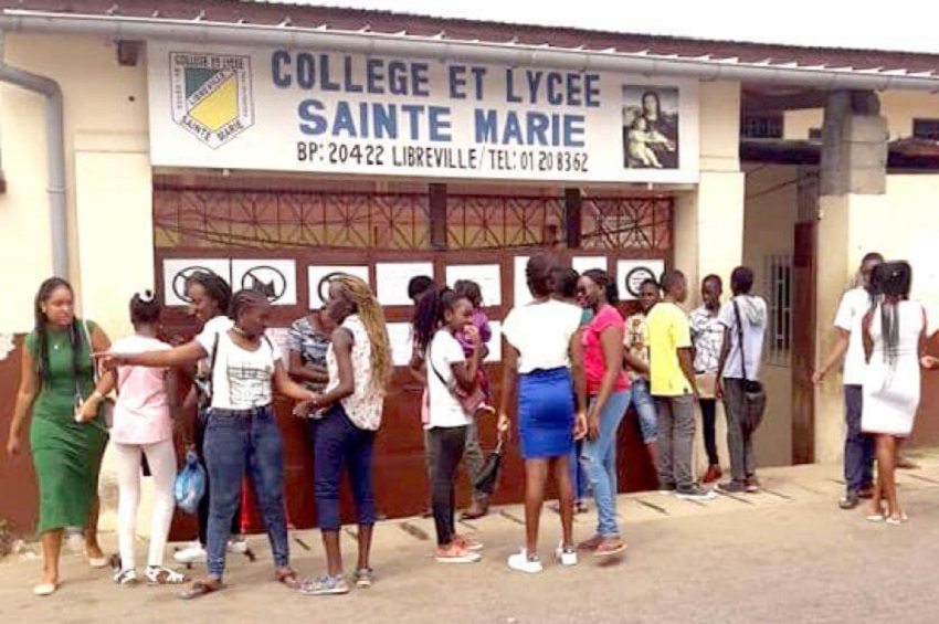 Devant le collège Sainte Marie à Libreville