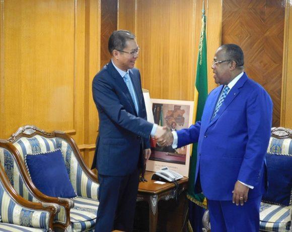 Julien Nkoghe Bekale et l'Ambassadeur de Chine au Gabon