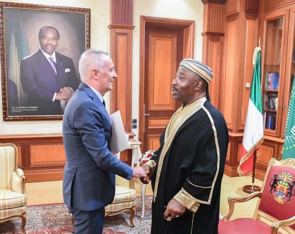 Le président Ali Bongo Ondimba et l'ambassadeur d'Italie